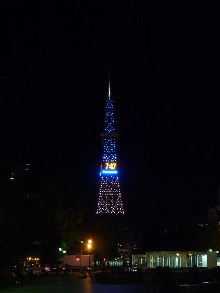 札幌地標之一「札幌電視塔」晚上會亮燈,顏色閃爍變換