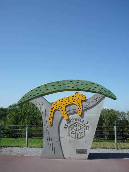 遊覽車或團體遊客由東門入園,由可愛的美洲豹迎接