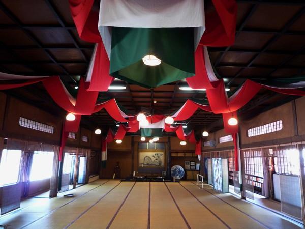 二樓有個能容納百人以上的大宴會廳,採光良好