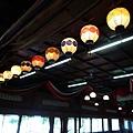 宴會廳上高掛著寫著「海陽亭」字樣的各色燈籠