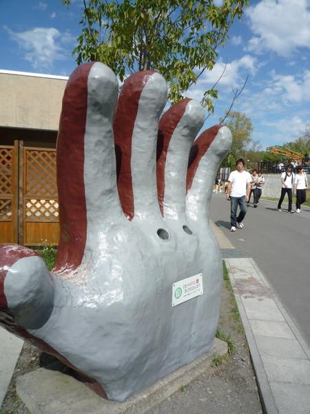 猩猩的手掌部份是飲料罐回收箱,創意滿分