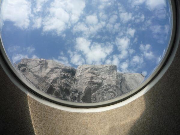 半圓形觀景窗外的世界,是北極熊的家