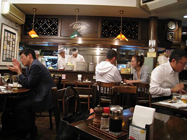 店內氣氛非常溫馨,廚師就在開放式的廚房吧台邊做菜