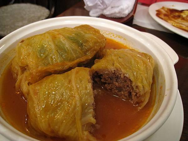 高麗菜裡裹著香甜多汁的絞肉,一點也不乾澀。湯汁也要配飯喝光光。