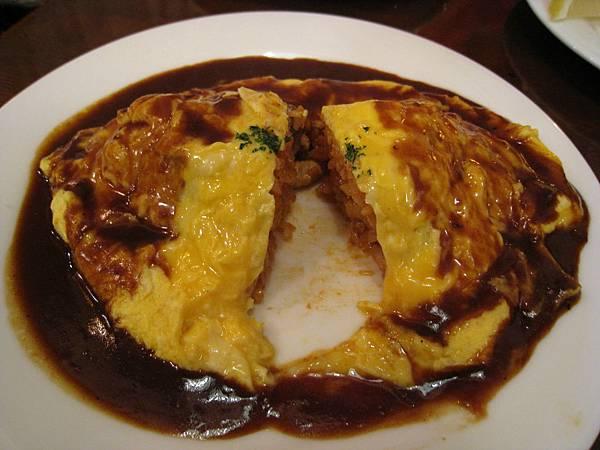 蛋皮裡包的是茄汁雞肉炒飯