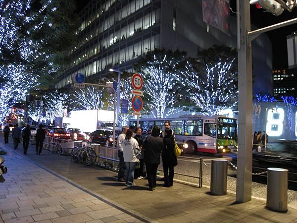 為了迎接聖誕節,六本木之丘的櫸木坂大道已掛起白色燈飾