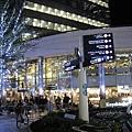 天氣雖冷,TSUTAYA書店門口的廣場還是有很多人聊天喝咖啡