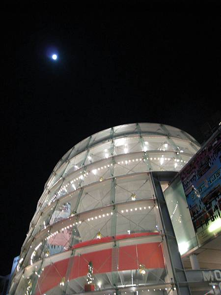 今天是農曆十六,月亮好圓
