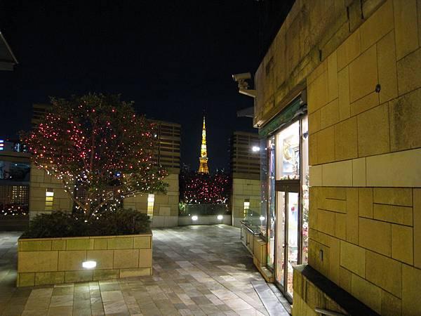 從森大樓旁眺望東京鐵塔