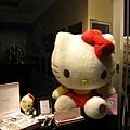 連我這個對Hello Kitty沒興趣的人,都覺得櫥窗裡這對大小Kitty可愛極了