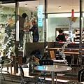 打烊的Toraya Cafe裡,工作人員正忙著掛上聖誕飾品