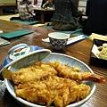 這一碗天丼中,有炸蝦、干貝、炸穴子魚等