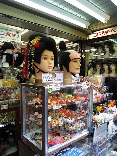 假髮專賣店,連傳統的藝妓和武士髮髻都有賣
