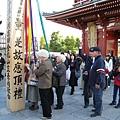 我來過淺草寺很多次,這還是第一次看到這根柱子和五色線