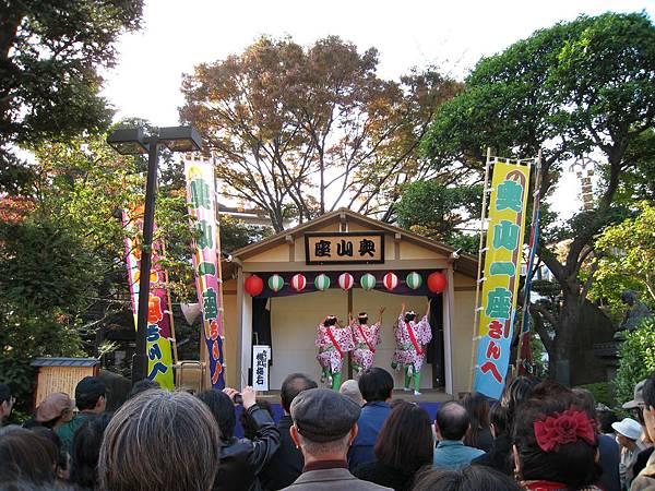 大概是因為淺草寺五十週年慶,周邊還搭起野台跳傳統舞蹈