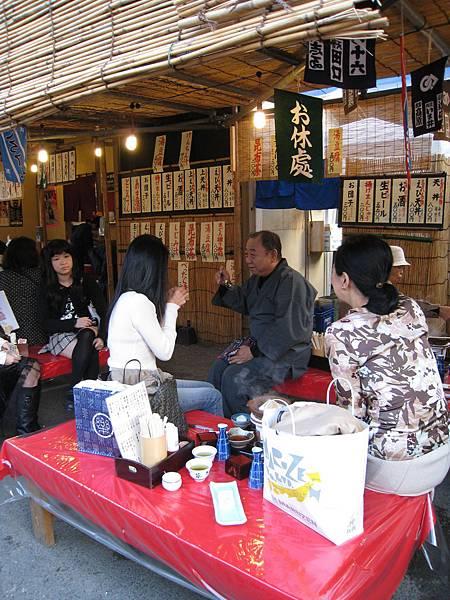 除了民俗技藝展售,也有不少小吃攤位,有些人在路邊就吃起火鍋來了
