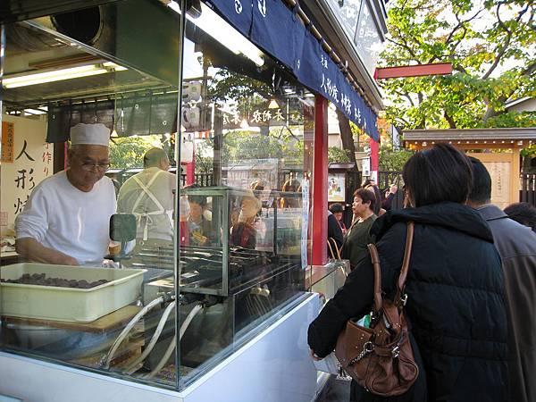 木村家本店有透明玻璃櫥窗,顧客可就近觀察老師傅製作人形燒