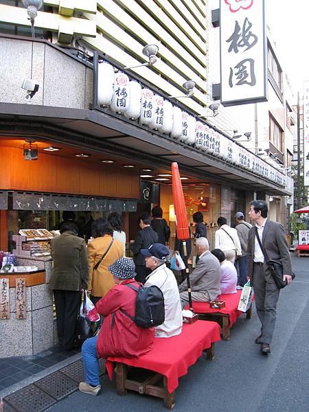 但店外等候的客人太多,加上已經吃了紅豆人形燒,就打消此意