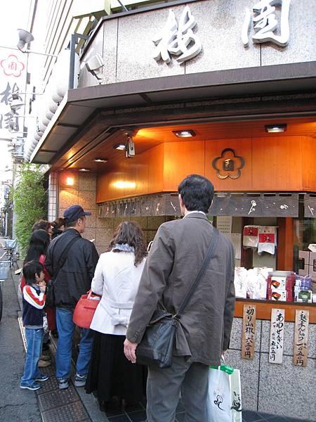 店內販售栗子麻糬和豆沙水果涼粉等多種點心,人氣很旺