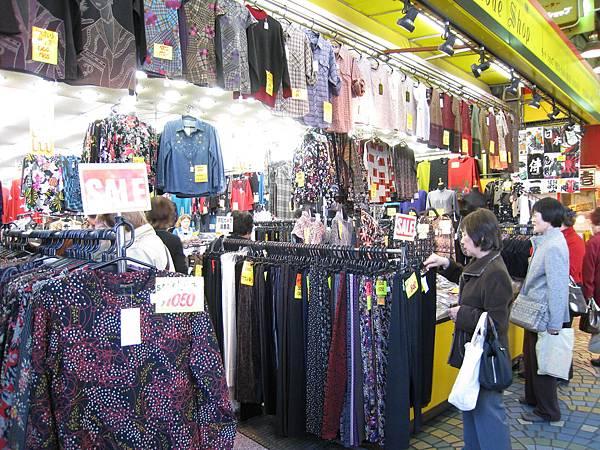 很有台灣夜市服飾店的風格啊