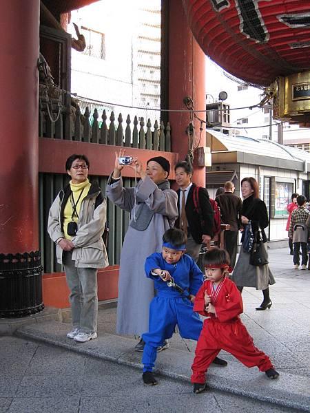 紅藍小忍者、數位尼姑、和狀況外路人甲