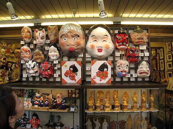 面具店裡的張張怪臉很逗趣