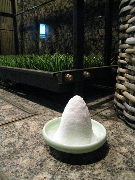 日本餐廳門口的鹽巴,據說是驅邪用的