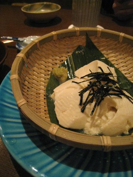 豆腐看來雖不起眼,滋味甚佳。一人一口就沒了