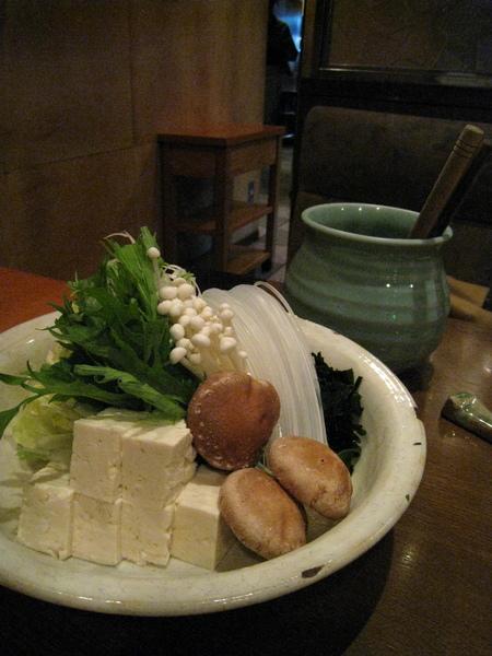 除了仙台牛肉片之外,套餐還包括青菜、香菇、豆腐、春雨等一般日式涮涮鍋常見的配料