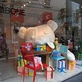 櫥窗裡的超級大熊玩偶