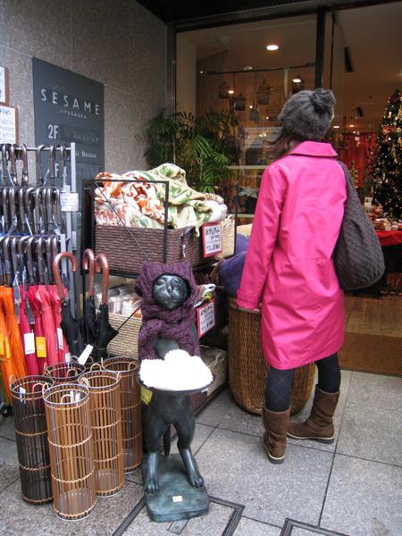 路人的大衣和旁邊的雨傘真搭配!