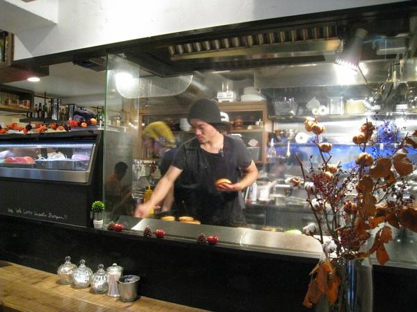 踏進店門,就見到廚師在半開放式廚房裡煎漢堡肉和蛋