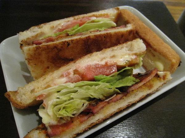 巨大的B.L.T. Sandwich = Bacon培根+Lettace萵苣+Tomato番茄三明治
