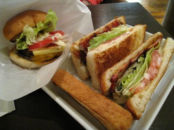 飢腸轆轆仍不忘幫漢堡和三明治合照,因為角度問題,漢堡看起來有點小,其實沒那麼小啦