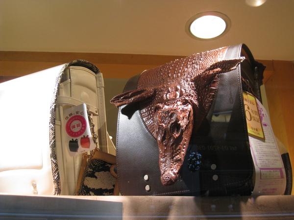小朋友帶這種書包上學,不會做惡夢嗎!?