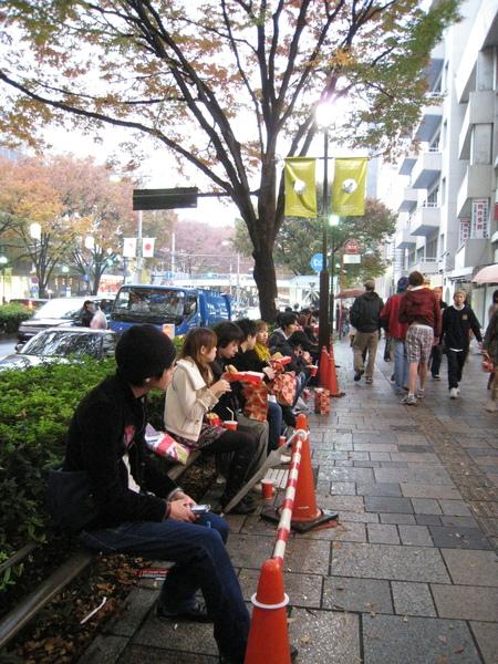最近幾次逛表參道,人行道旁總是坐滿一堆吃Quarter Pounder漢堡的人