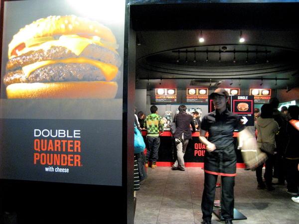 或許是東京人真的吃Premium這一套,也或許是因為表參道上其他的食物都太貴,Quarter Pounder生意不惡