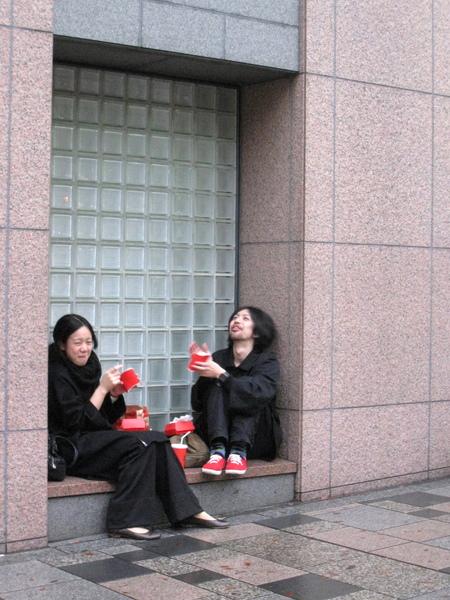 這兩位可以當Quarter Pounder代言人,不僅表情歡樂,連黑衣紅鞋都有搭配品牌色