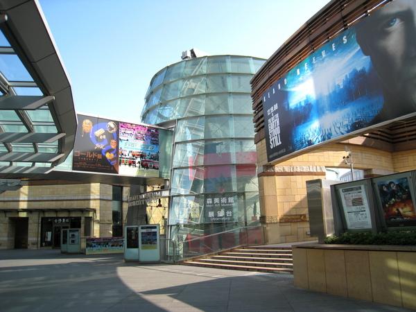 中間是森美術館和Tokyo City View展望台入口,右邊是TOHO電影院