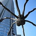 大蜘蛛高達十米,背後是森大樓