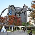大蜘蛛與六本木地鐵站入口