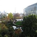 從六本木之丘中庭廣場遠眺毛利庭園
