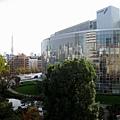 右手邊是朝日電視台,隱約可見玻璃帷幕上掛著兩幅電影《赤壁》大海報
