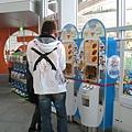 熊熊忘了這台哆啦A夢販賣機賣的是什麼