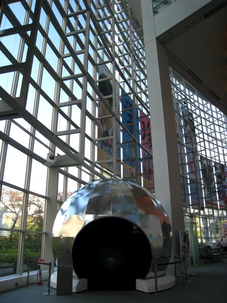這顆金屬球裡好像有顆地球,我看過一次,有點無聊