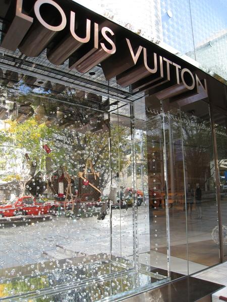 LV六本木之丘店的閃亮亮冬季櫥窗