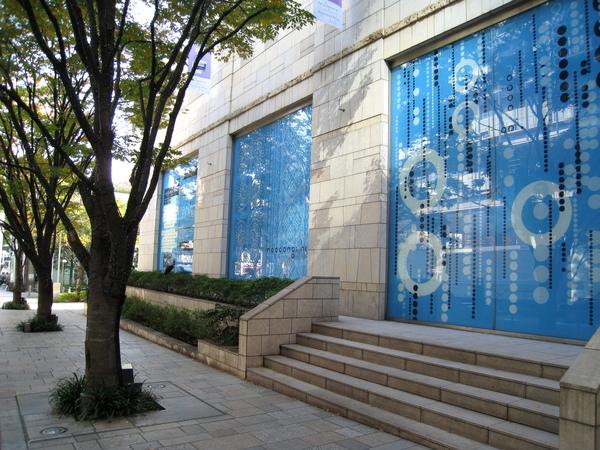 這家原本是服飾店,生意不好收掉後,櫥窗被貼上漂亮的六本木丘藍色宣傳海報