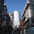 沿著麻布十番商店街,可一路逛到六本木之丘,遠處銀色的建築物就是森大樓