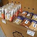 店門口擺著店內最熱賣的仙貝