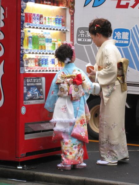 和服母女與販賣機,日本傳統與現代文化的交會?